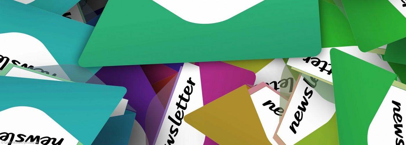 Headerbild Newsletter mit bunten Briefumschlägen